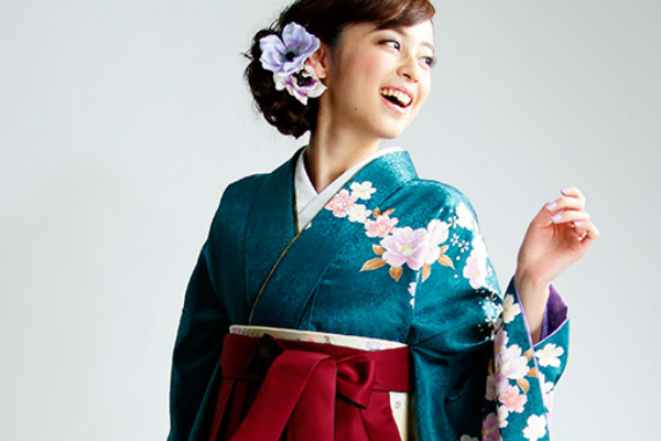 皆が振り返る!卒業式で着る袴の色選びのポイントとは