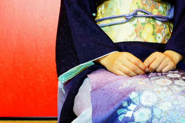 およばれ女性が着る結婚式の着物の色とマナー